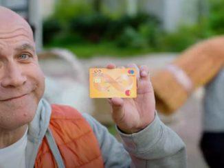 קביר בנדק בפרסומת לבנק טפחות